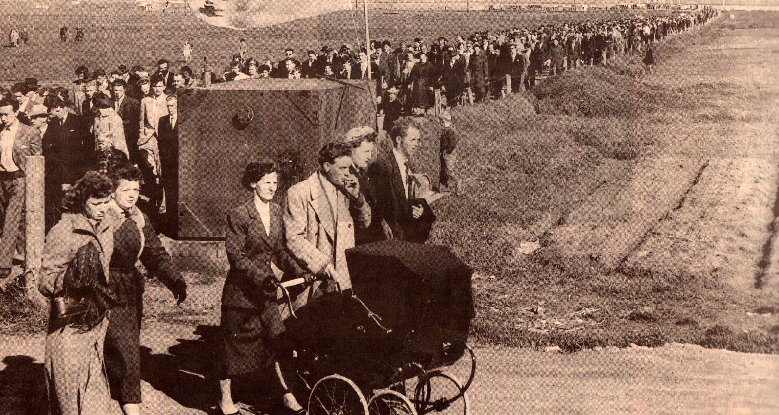1954 Áhorfendur á leið á völlinn